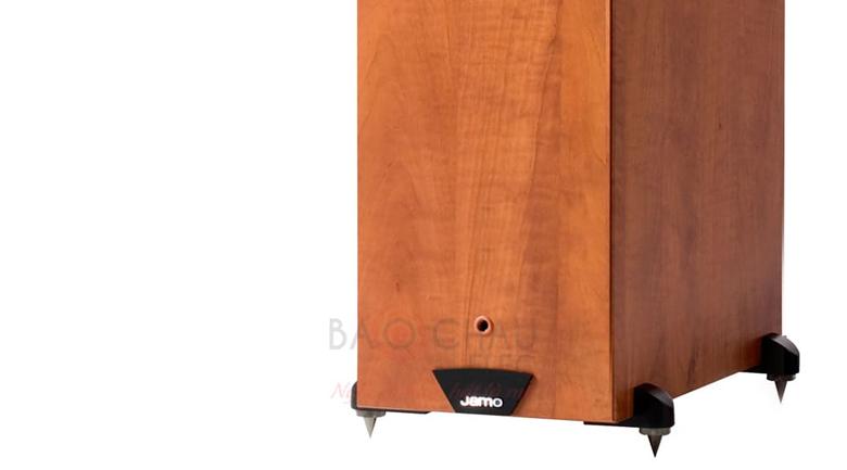Loa Jamo C605 được trang bị 4 chân đế bằng kim loại