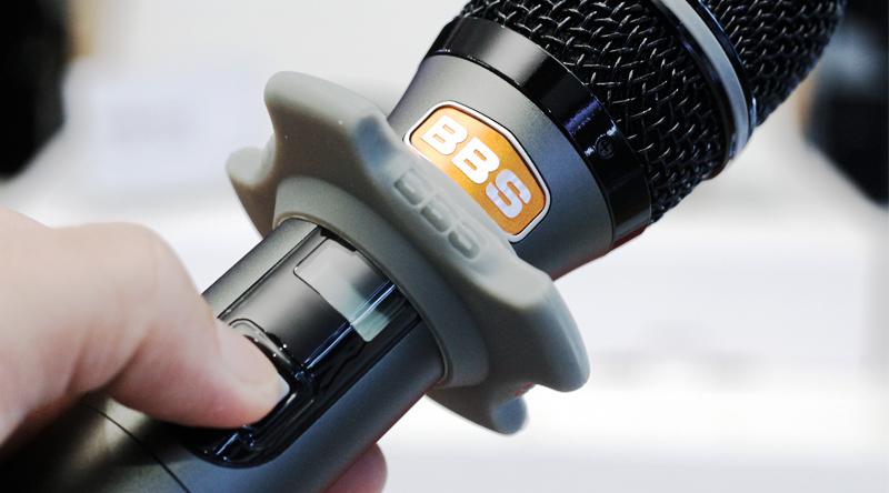Micro không dây BBS B900 tay cầm chắc chắn, chống bám vân tay