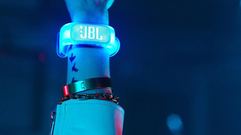 Loa JBL PartyBox 1000 có vòng đeo tay phát sáng